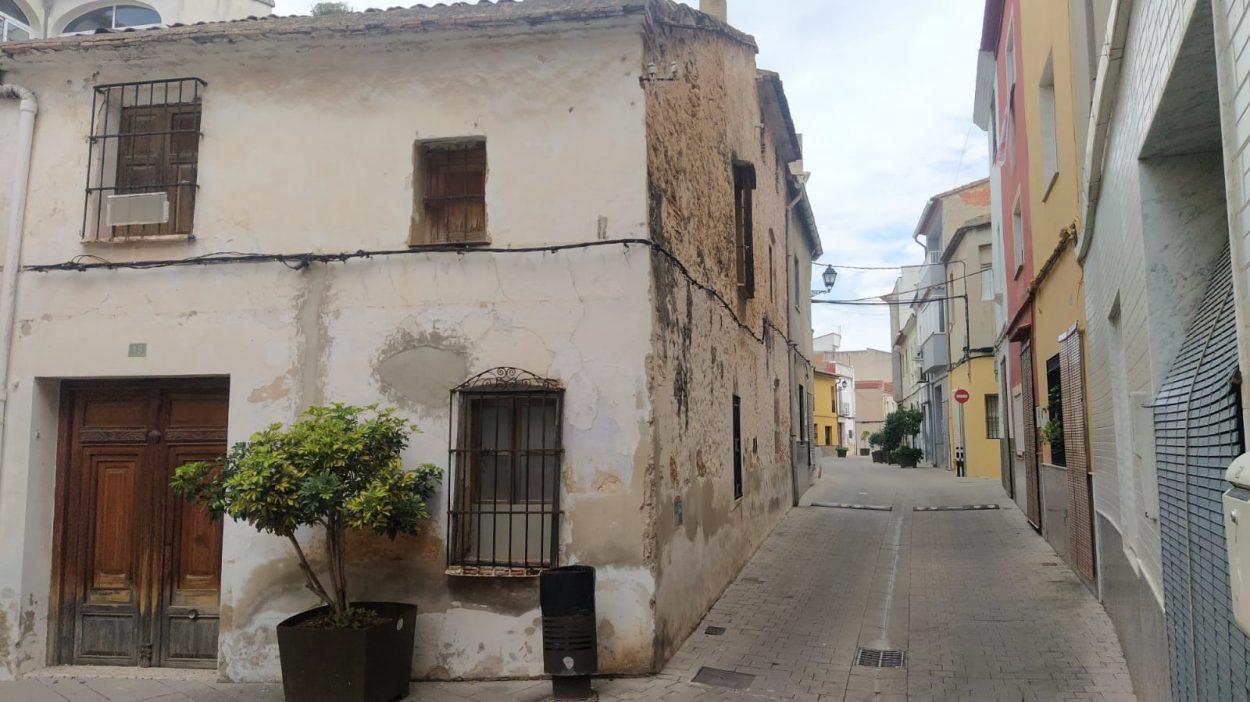 Venta online de una casa de pueblo para reformar antigua y barata en el pueblo de Villalonga Valencia. Cerca del mar